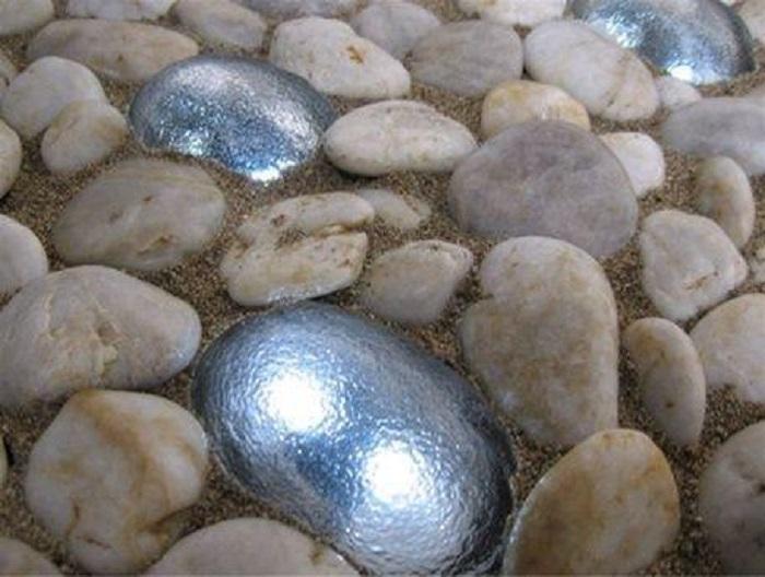 Камни можно оставить естественного цвета, а можно и покрасить для разнообразия в серебристый цвет.
