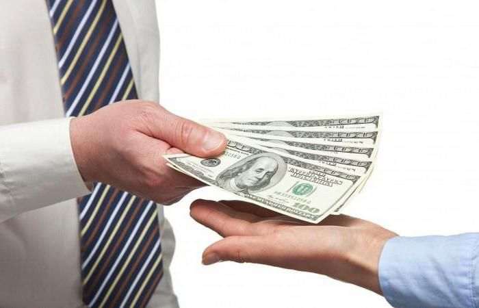 Какой рукой брать и отдавать деньги и другие денежные приметы