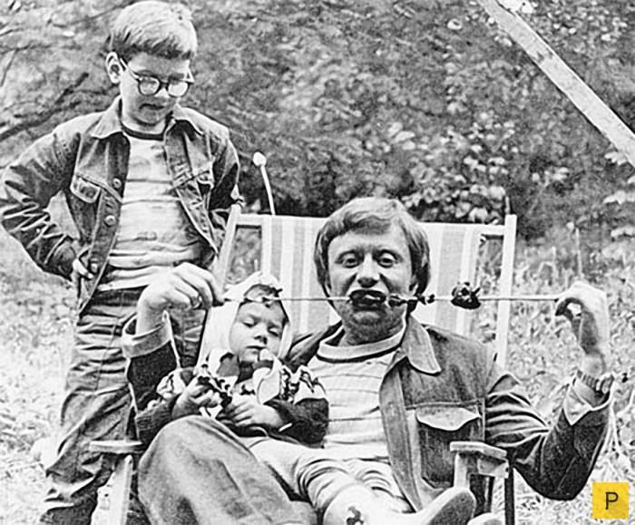 Андрей Миронов с дочерью Машей на шашлыках у друзей на даче. 1976 год отечественные звезды, фото