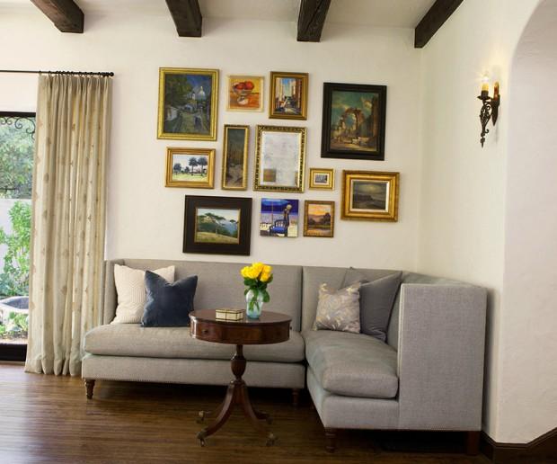 Серый угловой диван в зоне отдыха