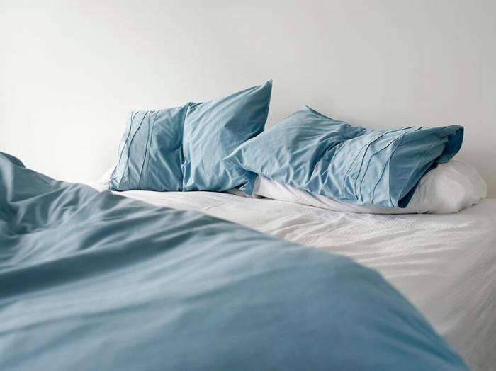 Подушки и одеяла — частое место обитания кожных клещей и инфекций. /Фото: s3.amazonaws.com
