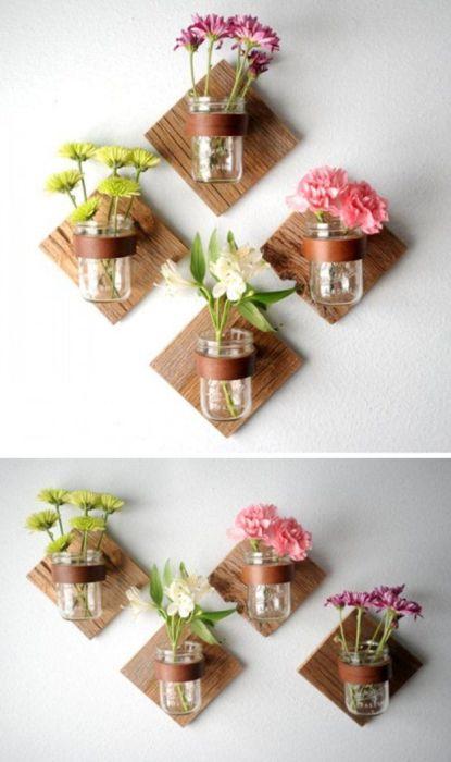 Настенные вазы из стеклянных банок, которые привлекут внимание гостей.