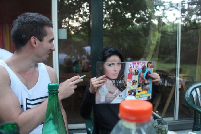 Лицо девушки, читающей журнал, полностью совпадает с чертами снимка модели.