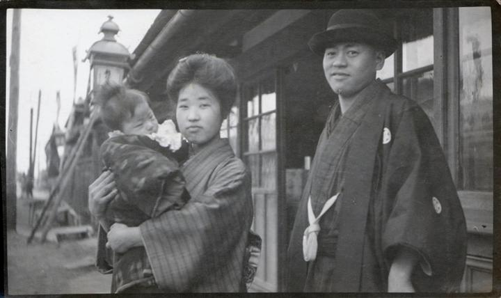 1200px-Japanese_Family_-_young_couple_with_baby_1915_by_Elstner_Hilton-768x457