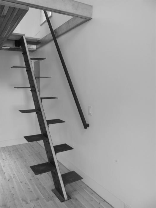 Черно-белая металлическая лестница для минималистов.