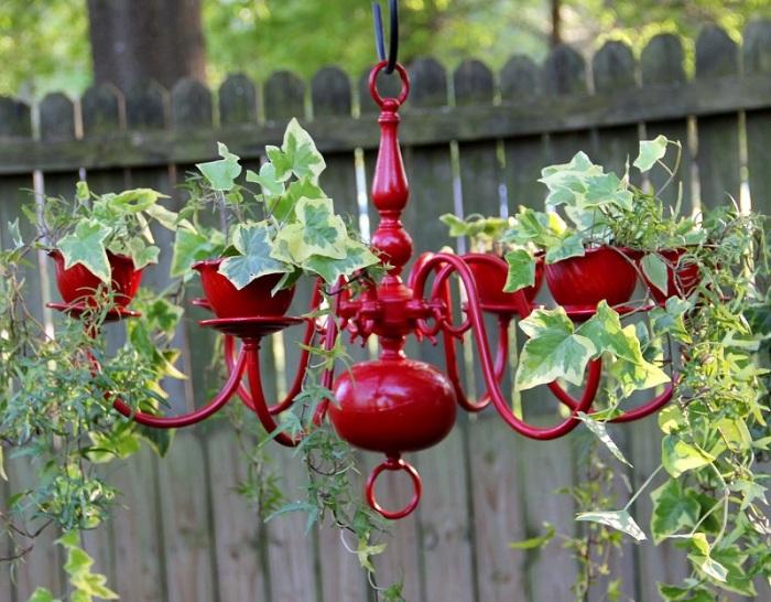 Подвесная клумба из старой люстры.