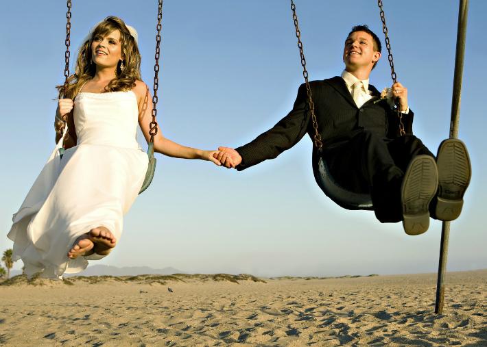 мужчина и женщина на качелях