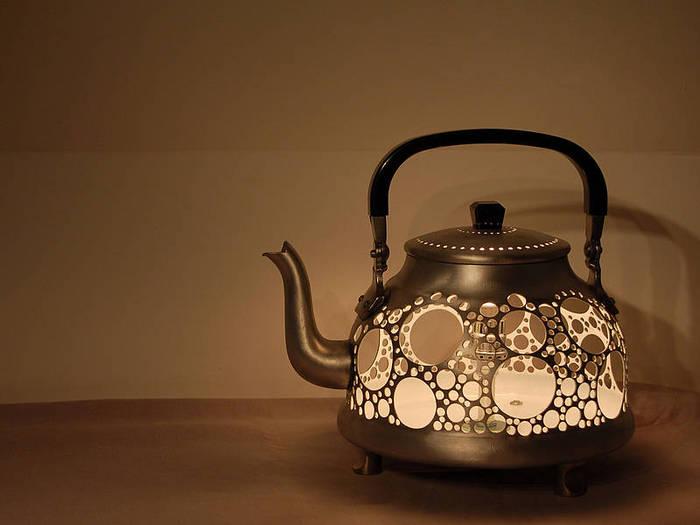 Необычный светильник из старого чайника.