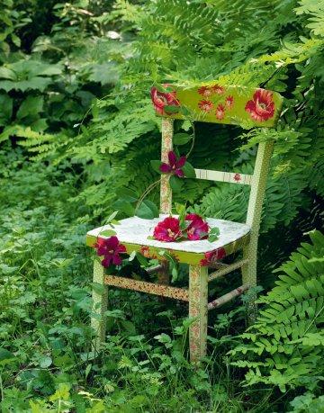 Деревянный стул, украшенный цветочными тканями и полосами клеится столярного клея