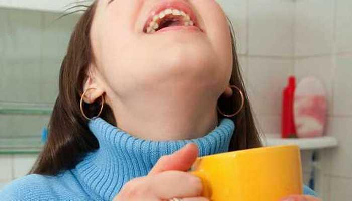Поможет при боли в горле: полоскание соленой водой.