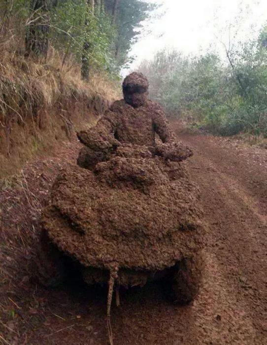 В костюме из грязи.