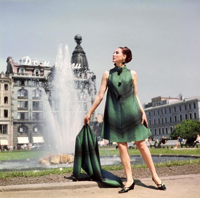 Показ пальто и элегантного вечернего платья. СССР, 1968 год.