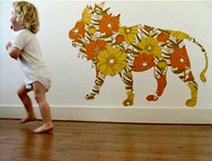 аппликация из обоев в форме льва в детской наклеена своими руками