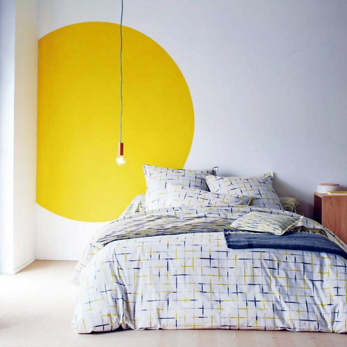 Яркий круг на стене.