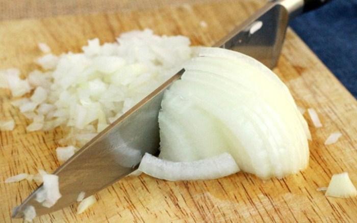 Нарезанный заранее лук может горчить в приготовленном блюде.