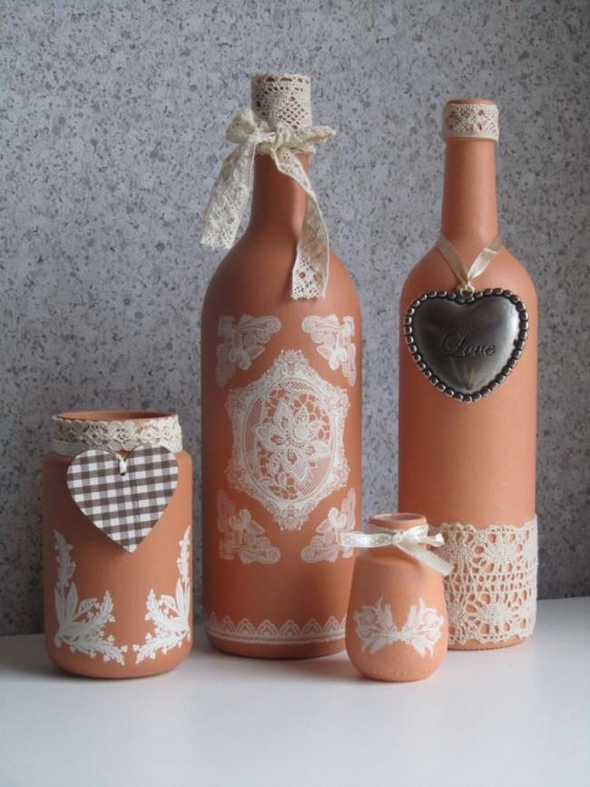 Нежные узоры на терракотовом фоне в оформлении бутылок