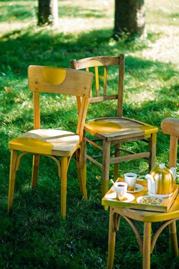 Старые деревянные стулья окрашены золота с круглыми здесь и там