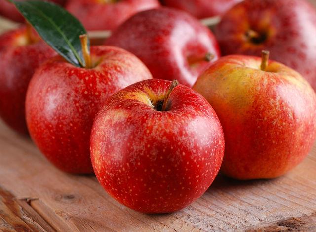Для профилактики полезно съедать по одному яблоку в день или добавлять его в различные соки и смузи