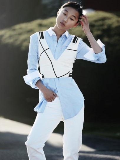 Девушка в белых джинсах и голубой рубахе