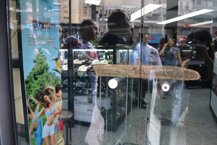 ColasEnTiendasElectrodomesticos 11 Социалистическая «оккупация» в Венесуэле: Армия захватила магазины и раздает товары почти бесплатно