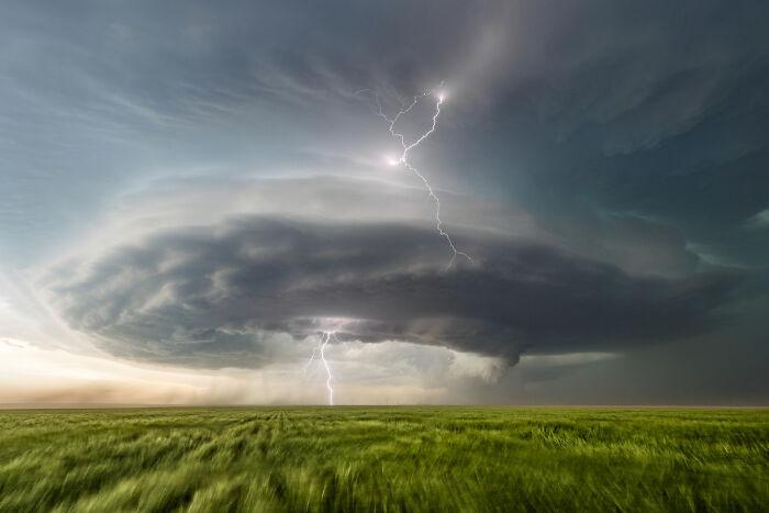 Похоже на торнадо.