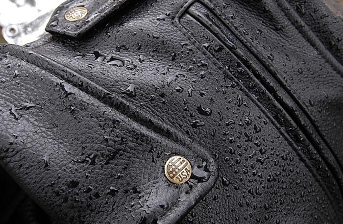 Кожзам не впитывает влагу, поэтому на поверхности останутся капли воды / Фото: cdn.thelisticles.net