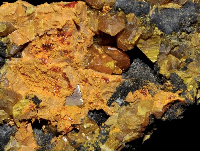 Аурипигмент Минерал класса сульфидов используется для получения мышьяка. При всей его внешней красоте минерал является токсичным и может вызывать сильные отравления и развитие онкологических заболеваний. 0,05 грамма мышьяка являются смертельной дозой для взрослого человека. Зная о токсичности минерала, в старину китайцы  опускали стрелы в порошок аурипигмента и выстреливали ими в своих врагов.