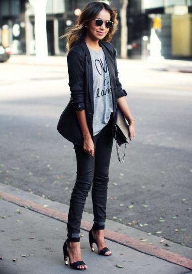 Девушка в обтягивающих джинсах, футболке и жакете