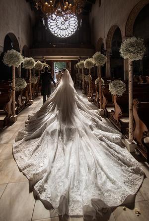 Фото №28 - 16 самых известных, красивых и дорогих свадебных платьев за всю историю