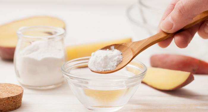 Сода снимает воспаление и подсушивает прыщики, способствуя их лечению. /Фото: img.static-rmg.be