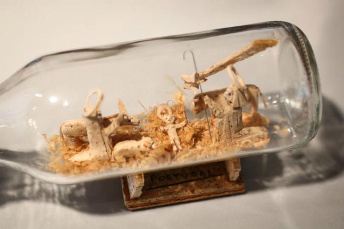 Деревянные фигурки внутри стеклянной бутылки - оригинальное украшение дома.