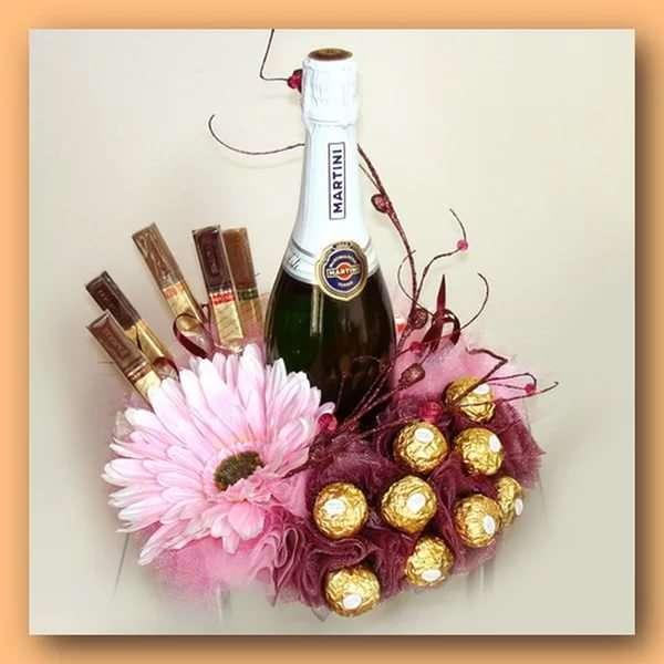 Декор бутылки шампанского конфетами и цветами - фото
