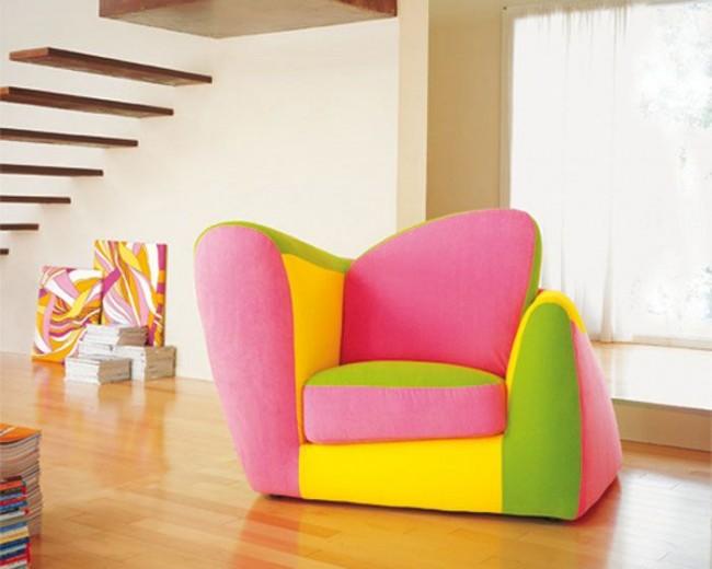 Нестандартная форма кресла и яркая расцветка - отличное решение для современного интерьера