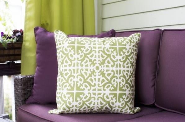 Фиолетовые подушки - отличный цветовой акцент