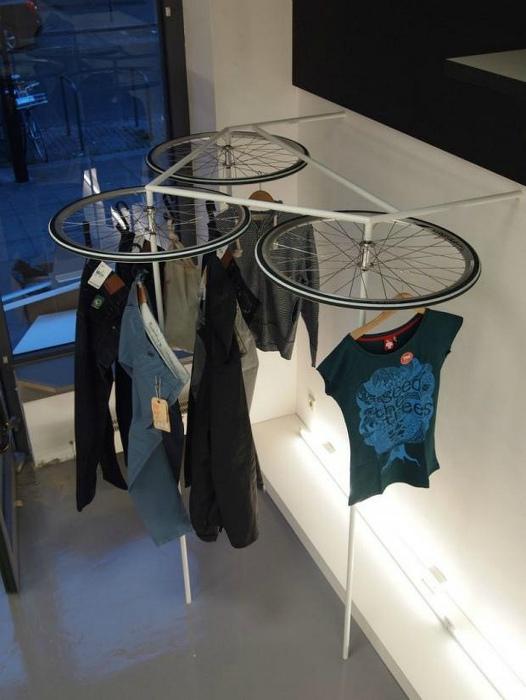 Напольная вешалка из велосипедных деталей.