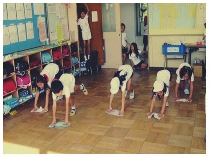 Что должны делать школьники в разных странах: странные правила в учебных заведениях (10 фото)