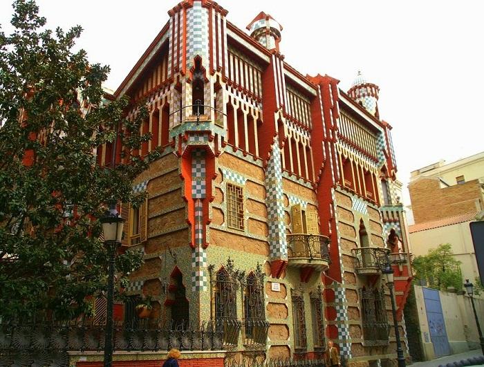 Характерная черта Дома Висенса – асимметричность.