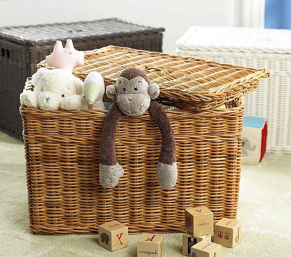 Плетеная корзина с игрушками.