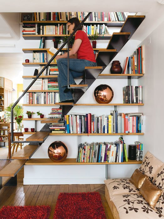 Библиотека над и под лестницей