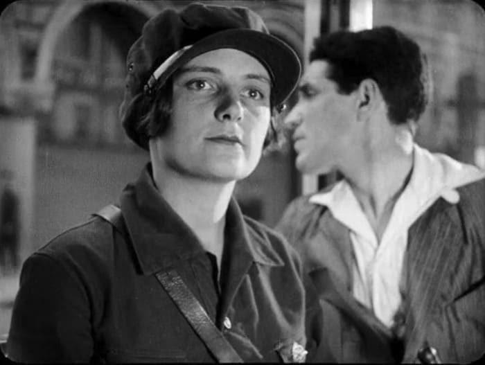 Кадр из фильма *Обломок империи*, 1929