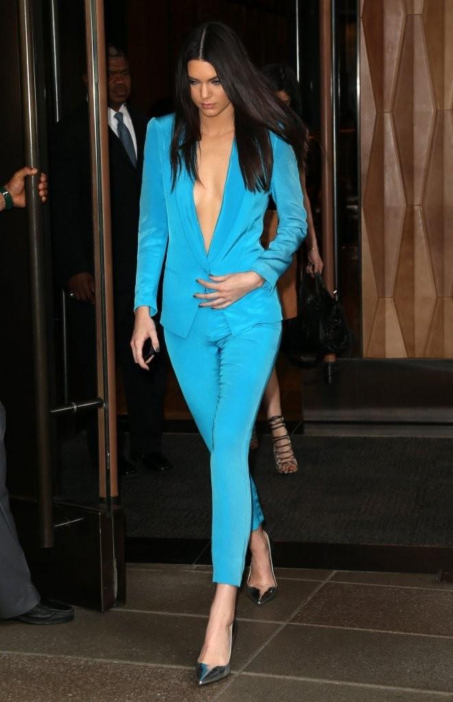 Кендалл Дженнер, в голубом костюме, выходит из гостиницы, Нью-Йорк