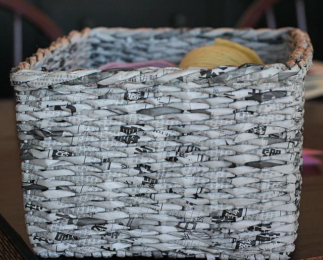Корзина из газетных трубочек для пряжи