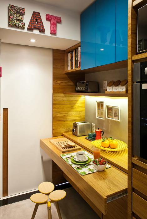 Уютная обеденная зона в интерьере небольшой кухни.