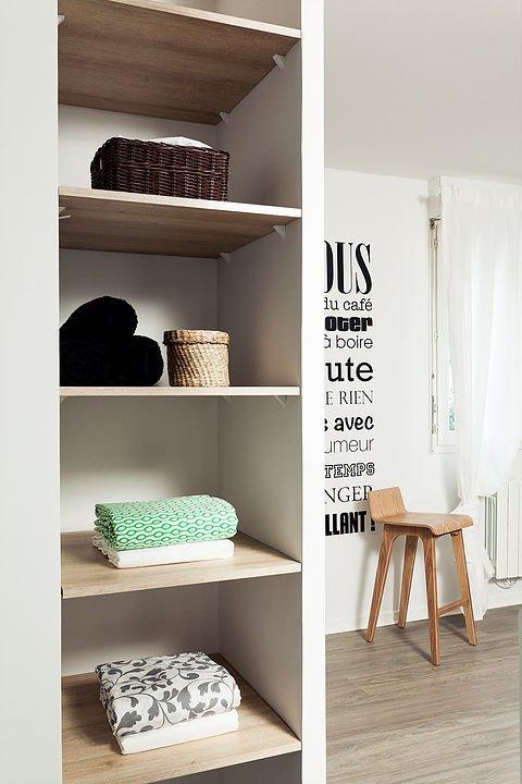 Полки в нише в стене спальни смежной со шкафом прихожей.