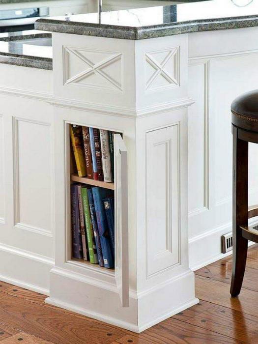 Книжный шкаф в колоне.