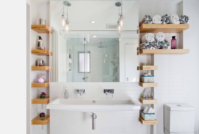 Открытые полки в ванной комнате.