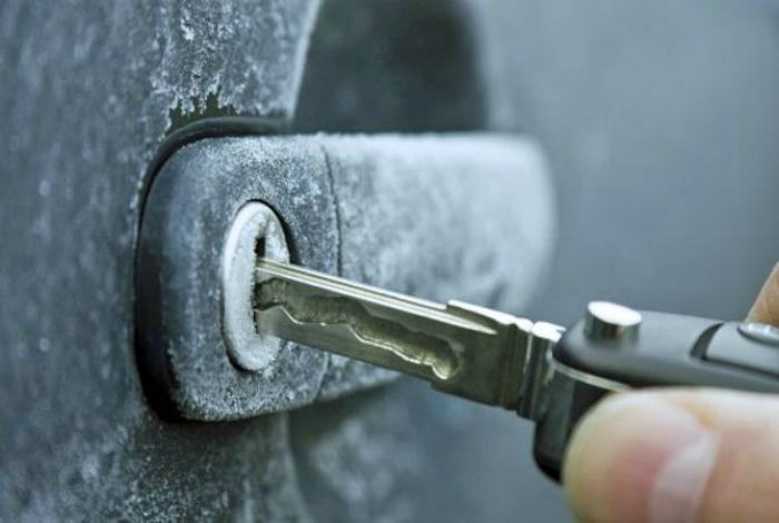 Нанесите немного дезинфицирующего средства для рук на ключ, чтобы быстро открыть замерзший замок.