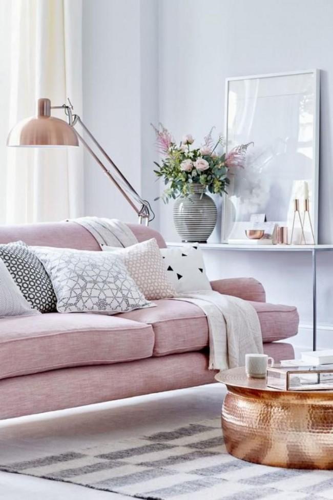 Стильный розовый диванчик в романтической гостиной