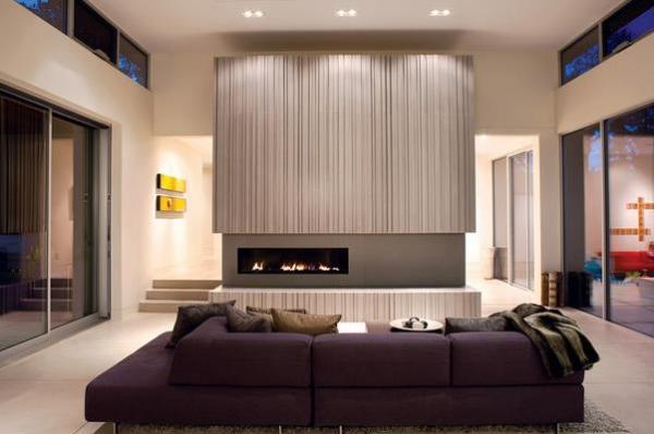 Тёмно-фиолетовый диван в современном интерьере