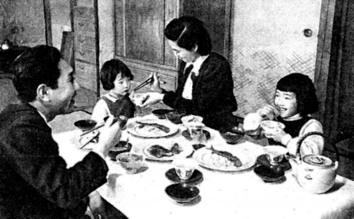 Japanese_family_meal_in_1950s-768x475